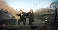 Водитель Lexus требует компенсации с омича, напавшего на него с топором