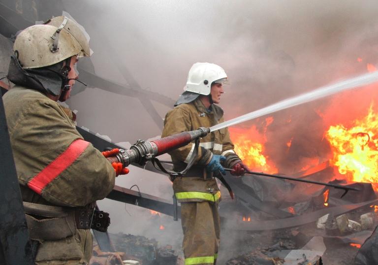 Из-за удара молнии в Омской области сгорела старая деревянная школа