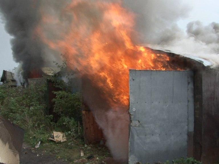 В Омске возгорание гаража предположительно спровоцировали дети, играя со спичками