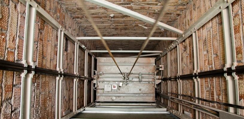 На стройке в Омске мужчина упал в шахту лифта
