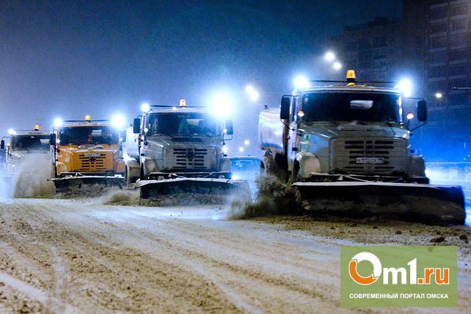 Из-за снегопада мэрия Омска вывела технику на круглосуточную чистку дорог