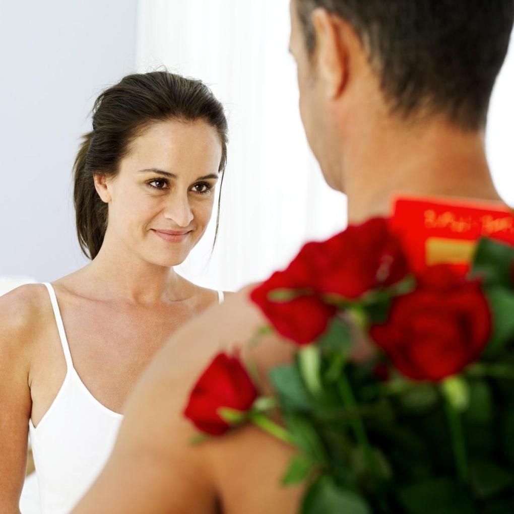 Почему мужчина дарит подарки женщине с которой встречается 1
