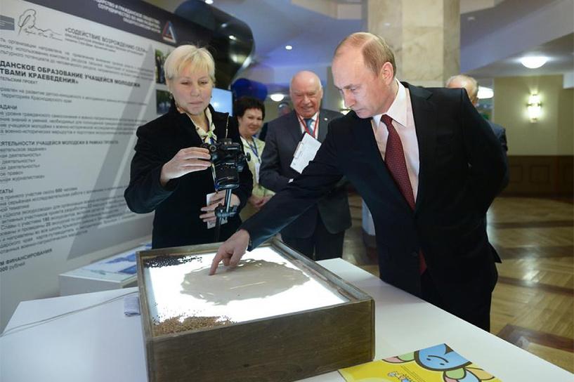 Обама, Порошенко или Навальный? Владимир Путин нарисовал на песке улыбающуюся рожицу