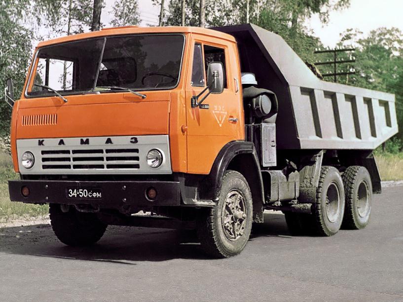 Работники омского предприятия сняли колеса с «КамАЗа», чтобы его не конфисковали