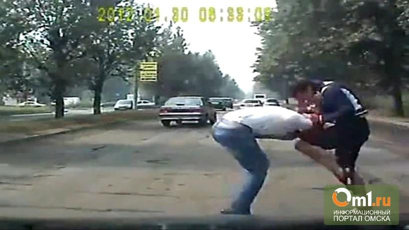 В Омске два водителя ВАЗов подрались прямо на дороге