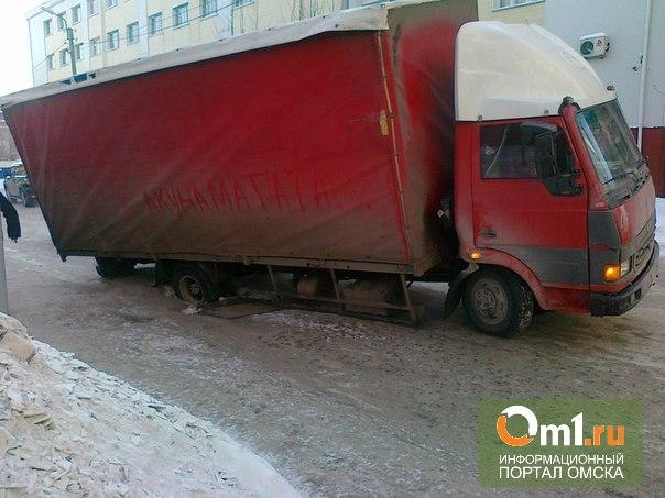 В Омске недалеко от мэрии грузовик провалился под землю
