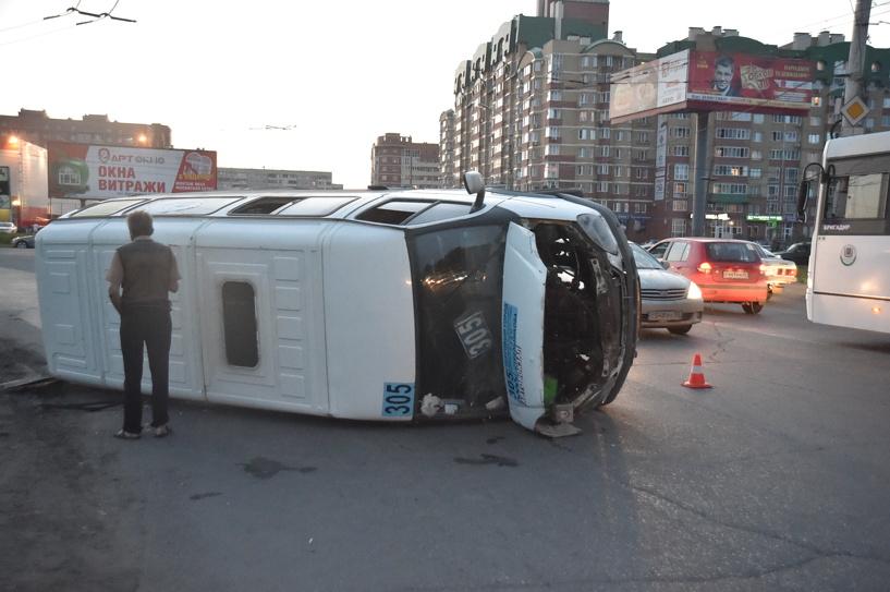 На Левом берегу Омска перевернулась пассажирская маршрутка (фото)