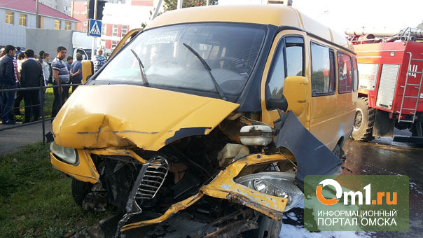 В Омске в Авиагородке Toyota врезалась в маршрутку: пострадали трое