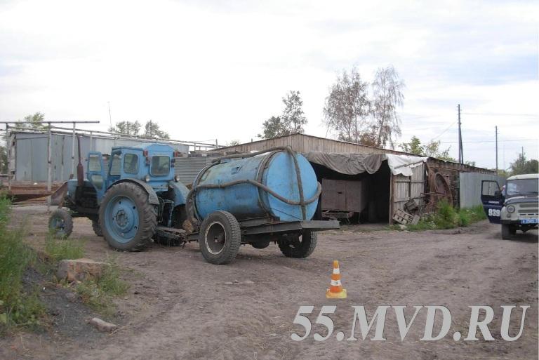 В Омской области трактор переехал человека