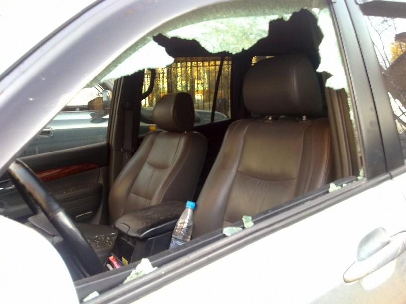 В Омске неизвестные побили стекла в нескольких автомобилях