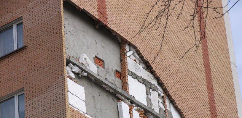 Омичей заселили в многоэтажку со строительными дефектами