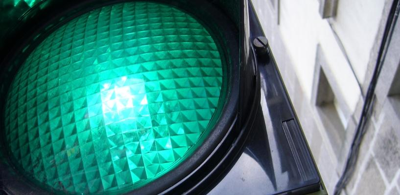 Горение зеленого сигнала светофора на Красном пути продлят на 5 секунд