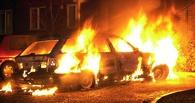 В центре Омска посреди дороги загорелась иномарка (видео)