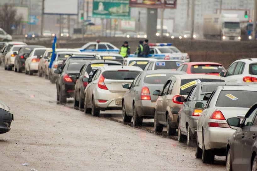 Автомобилисты прокатились по Омску «в честь» плохих дорог