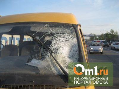 В Омске на Левобережье пешеход попал под колеса маршрутки