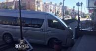 В Омске микроавтобус врезался в крыльцо здания