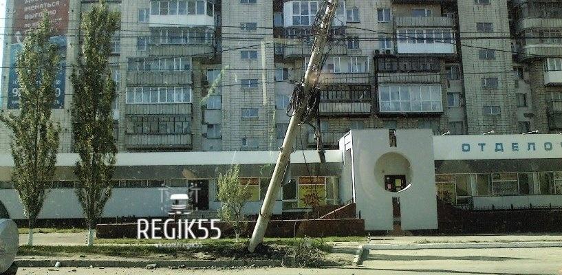 В Омске над проезжей частью навис столб (фото)