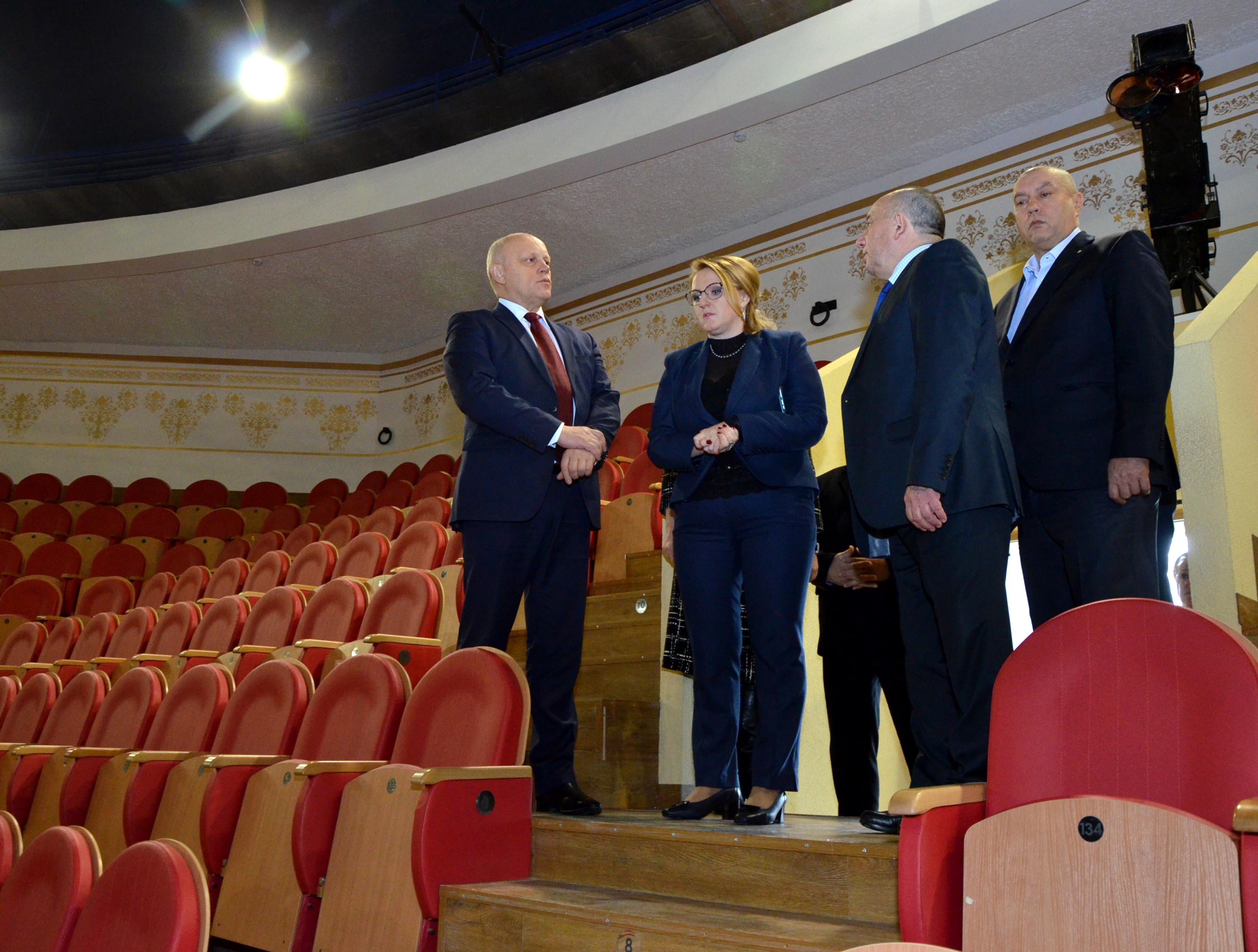 Назаров проверил, как обустроили омский цирк