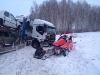 На трассе под Омском иномарка угодила под грузовик.Обновлено