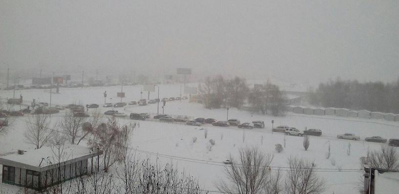 На Омск обрушился снегопад: город в 10-балльных пробках