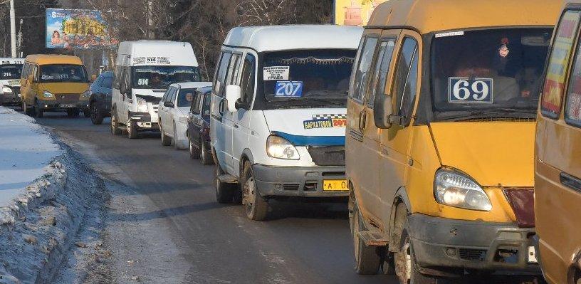 Утро в Омске началось с многочисленных аварий и пробок