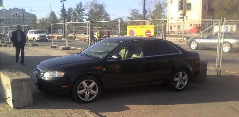 Строители наказали омского автовладельца за парковку в зоне ремонтных работ