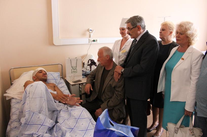 Десантников, раненых при обрушении казармы в Омске, посетил Якубович