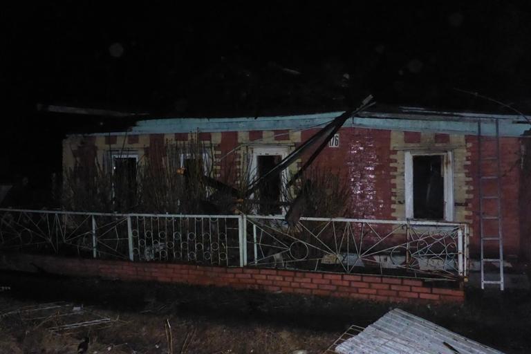 В Омске в ночном пожаре в частном доме погиб человек, и еще один получил ожоги