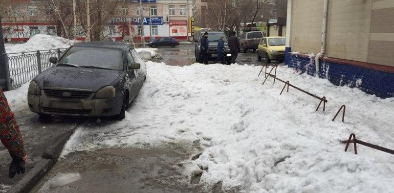 В Омске снег с крыши магазина рухнул на припаркованную машину