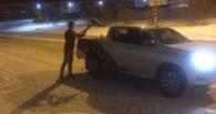 Омич лопатой расчистил городские дороги от снега