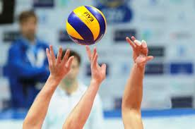 Игроки «Омички» подарили Назарову мяч со своими автографами