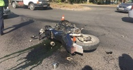 В Омске на проспекте Менделеева разбился байкер без шлема и водительских прав