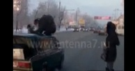 Полиция ищет омича, запрыгнувшего на машину, чтобы не попасть под колеса