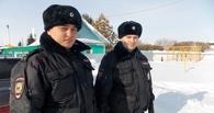 В Омской области полицейские спасли супругов-пенсионеров из горящего дома - ФОТО