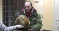 Накормили и обогрели: в Омске помогли бездомным