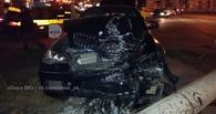 В центре Омска BMW X6 снес бетонный столб