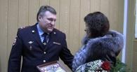 В Омске полицейские наградили таксистку, которая помогла задержать преступника