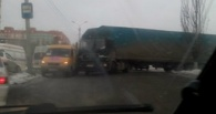 В Омске маршрутка столкнулась с фурой и блокировала движение на улице Степанца