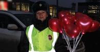 Омские автоинспекторы в темноте дарили омичам мигающие шарики-сердца
