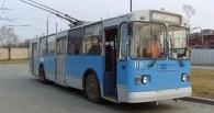 В Омске троллейбус наехал на человека на остановке
