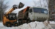 Омские коммунальщики из-за угрозы паводка вывозят больше снега из города