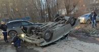 В Омске пьяный водитель «Волги» врезался в бордюр и перевернулся