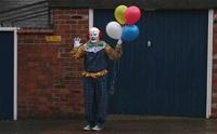 Жители британского городка боятся выходить на улицу из-за клоуна
