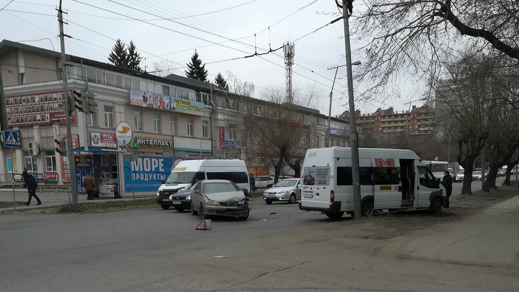 В Омске столкнулись маршрутка и иномарка, есть пострадавшая