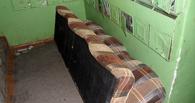 Два омича украли диван из подъезда