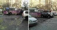 На выезде из депо в Омске автобус задел иномарку