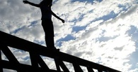 В Омске пыталась спрыгнуть с моста 31-летняя женщина