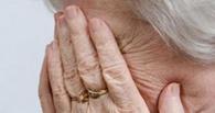 В Омске у магазина мошенники похитили у пенсионерки почти миллион рублей