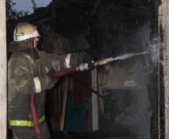 В Омске при пожаре погибла пенсионерка, спавшая в сарае