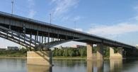 В Омске прохожие помешали девушке шагнуть с моста